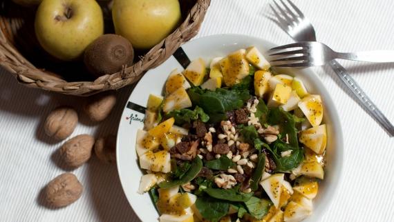 Ensalada sin almidón de espinacas con manzana y frutos secos